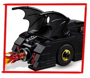 Dos Batwing decoran la parte trasera del Batmóvil de Batman