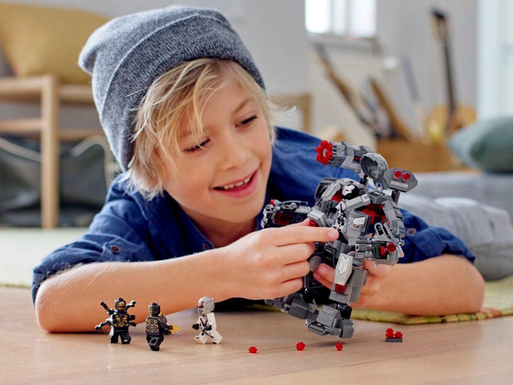 Niño jugando con LEGO Depredador de Máquina de Guerra