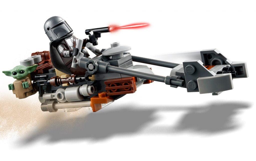 Mando y Baby Yoda en el speeder en LEGO The Mandalorian & Baby Yoda: Trouble on Tatooine (75299)