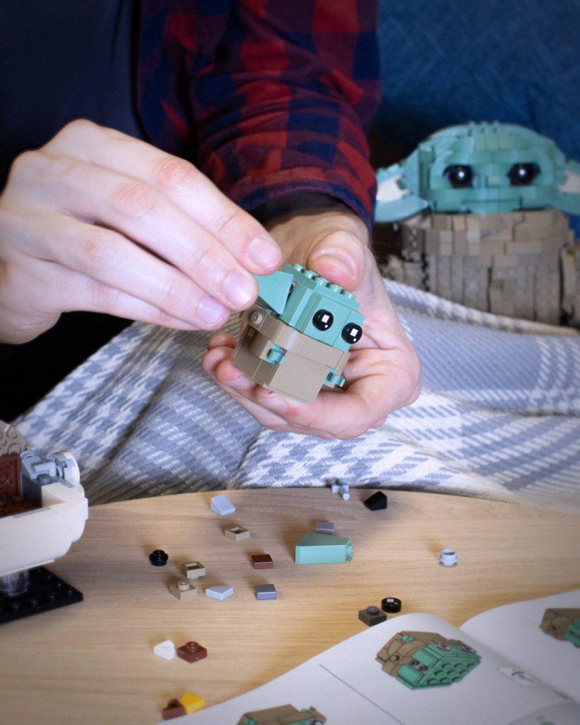Poniéndole la oreja al Baby Yoda del LEGO BrickHeadz 75317