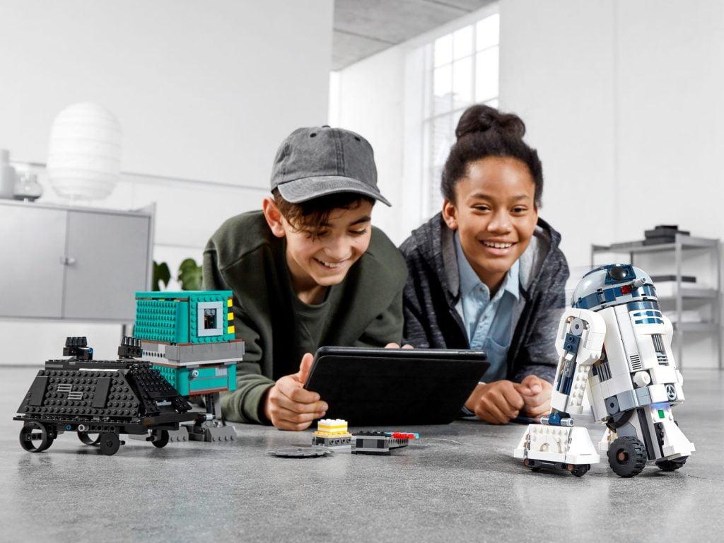Imagen jugando con el LEGO R2-D2 Star Wars Boots: Comandante Droide (75253) por piezas
